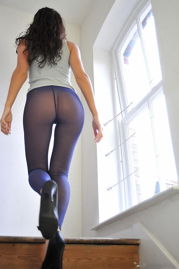 Худая красотка в фиолетовых колготках раздевается на лестнице 1 фото