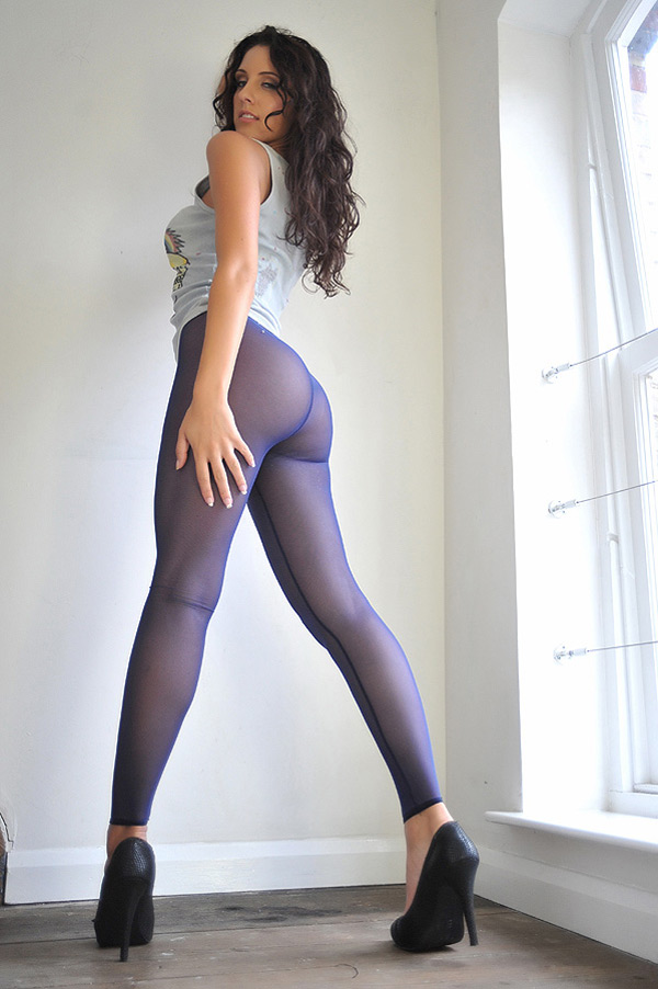 Худая красотка в фиолетовых колготках раздевается на лестнице 5 фото