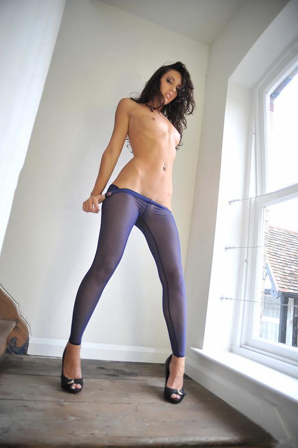 Худая красотка в фиолетовых колготках раздевается на лестнице 11 фото