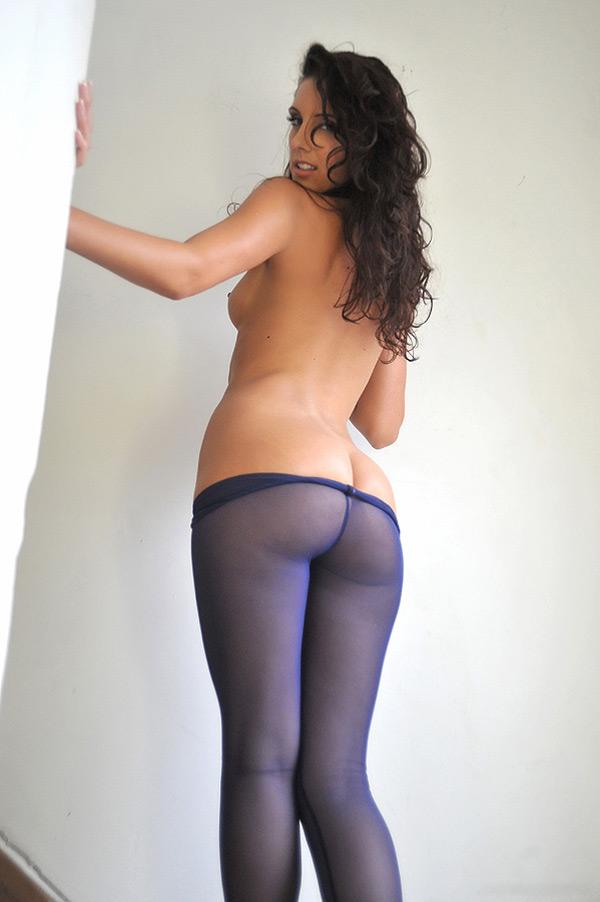 Худая красотка в фиолетовых колготках раздевается на лестнице 12 фото
