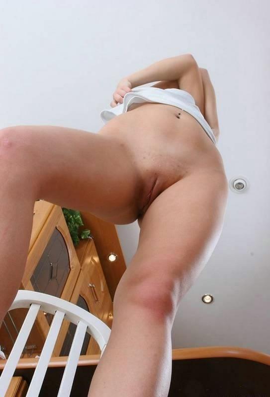 Парень сел на корточки, чтобы снизу снимать киску любовницы 8 фото