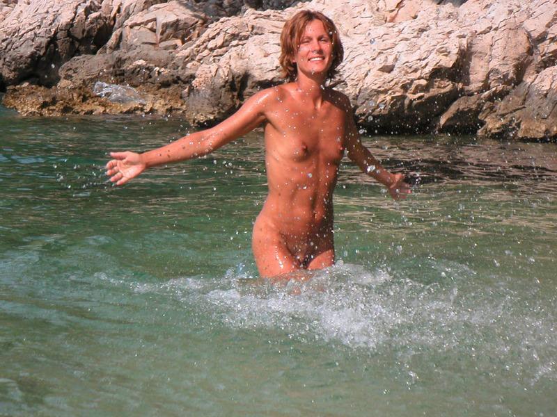 Спортивная жена с плоской грудью плескается в море голой 8 фото