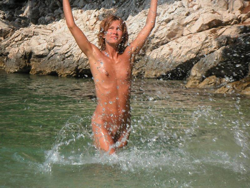 Спортивная жена с плоской грудью плескается в море голой 4 фото