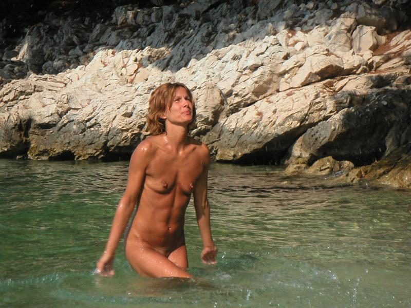 Спортивная жена с плоской грудью плескается в море голой 5 фото