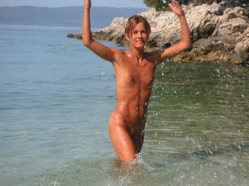 Спортивная жена с плоской грудью плескается в море голой 3 фото