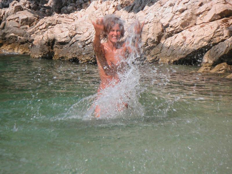 Спортивная жена с плоской грудью плескается в море голой 6 фото