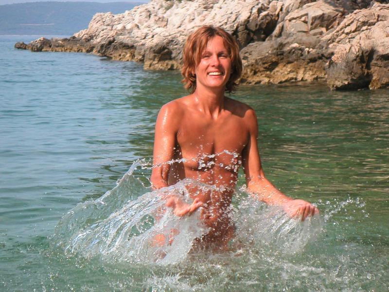 Спортивная жена с плоской грудью плескается в море голой 11 фото