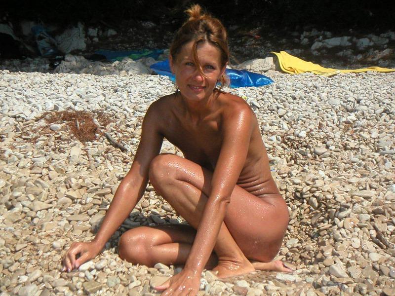 Спортивная жена с плоской грудью плескается в море голой 13 фото