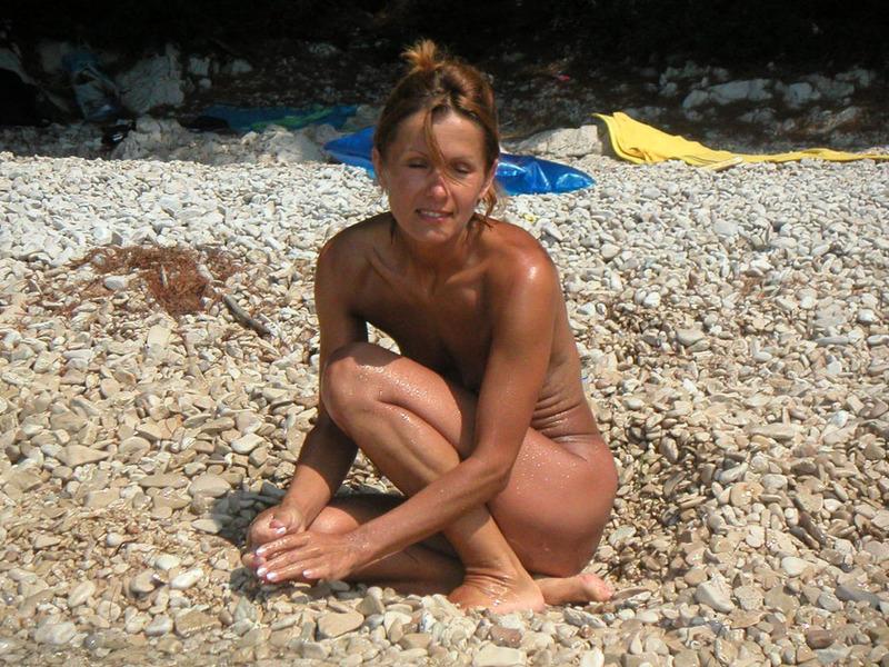 Спортивная жена с плоской грудью плескается в море голой 12 фото