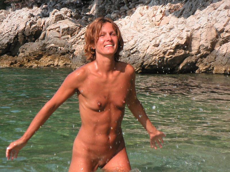 Спортивная жена с плоской грудью плескается в море голой 10 фото