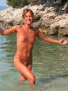 Спортивная жена с плоской грудью плескается в море голой