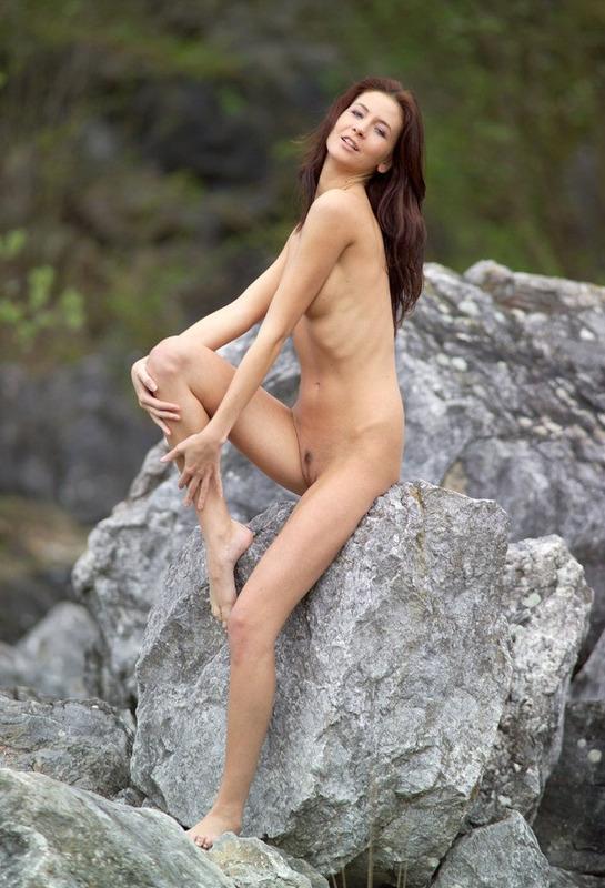 Спортивная фигура рыжей девки заводит 8 фото