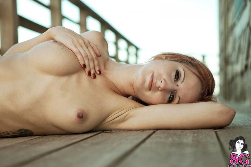 Татуированная чика позирует и дышит свежим воздухом 8 фото
