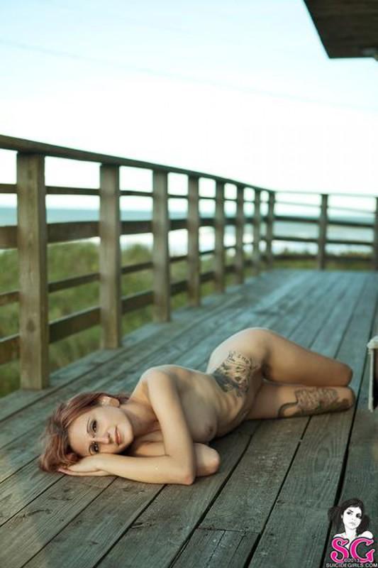 Татуированная чика позирует и дышит свежим воздухом 22 фото