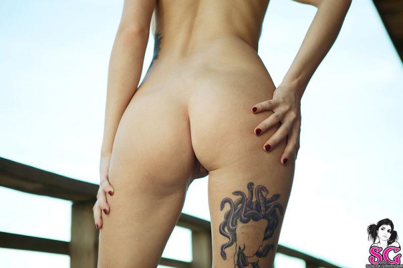 Татуированная чика позирует и дышит свежим воздухом 23 фото