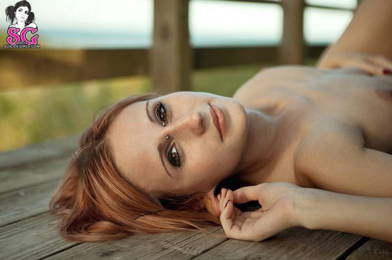 Татуированная чика позирует и дышит свежим воздухом 36 фото