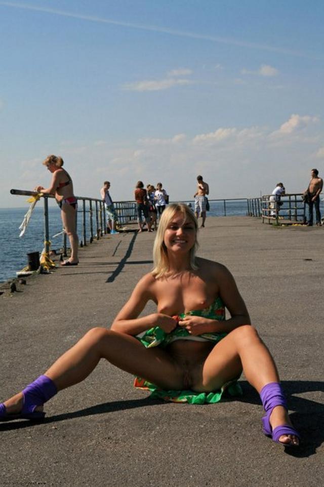 Блондинка в фиолетовых шлепках прилюдно показывает киску и сиськи 4 фото