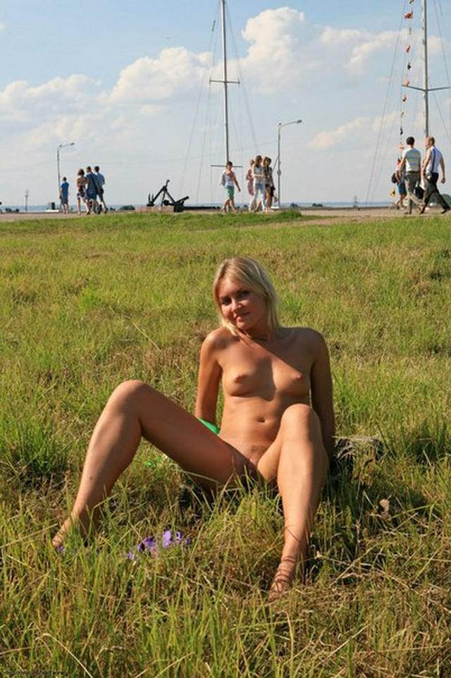 Блондинка в фиолетовых шлепках прилюдно показывает киску и сиськи 5 фото
