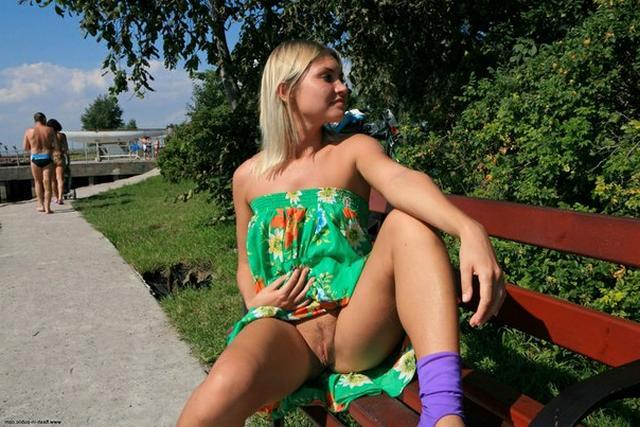 Блондинка в фиолетовых шлепках прилюдно показывает киску и сиськи 6 фото