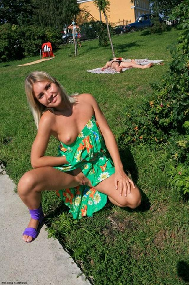 Блондинка в фиолетовых шлепках прилюдно показывает киску и сиськи 17 фото
