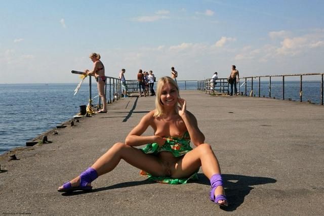 Блондинка в фиолетовых шлепках прилюдно показывает киску и сиськи 38 фото