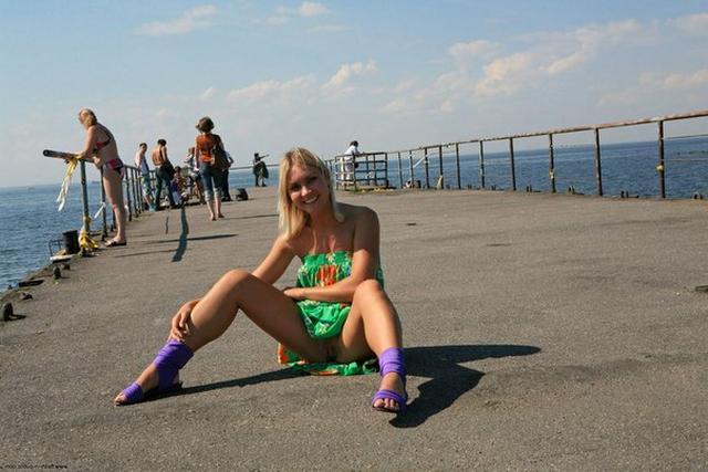 Блондинка в фиолетовых шлепках прилюдно показывает киску и сиськи 20 фото