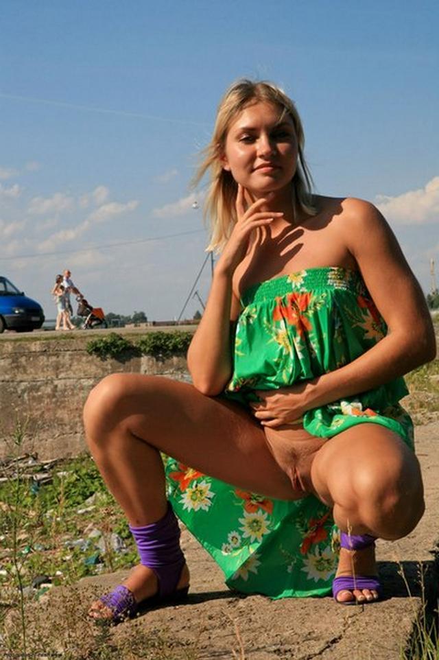 Блондинка в фиолетовых шлепках прилюдно показывает киску и сиськи 48 фото