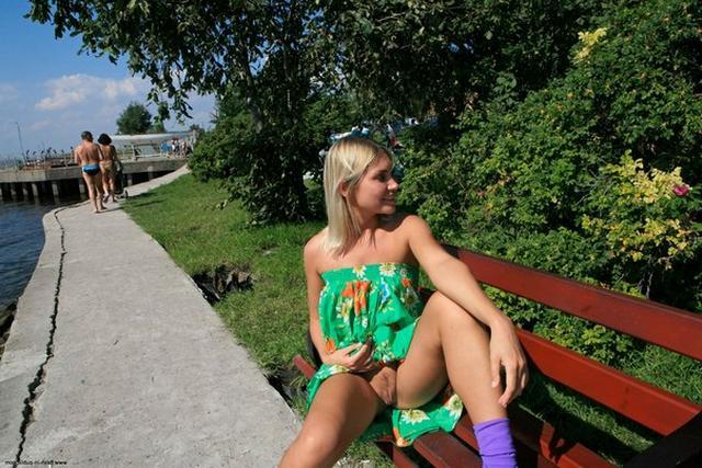 Блондинка в фиолетовых шлепках прилюдно показывает киску и сиськи 30 фото