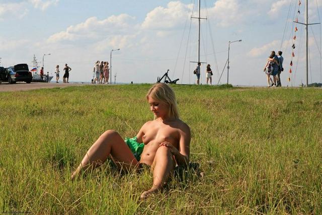 Блондинка в фиолетовых шлепках прилюдно показывает киску и сиськи 42 фото