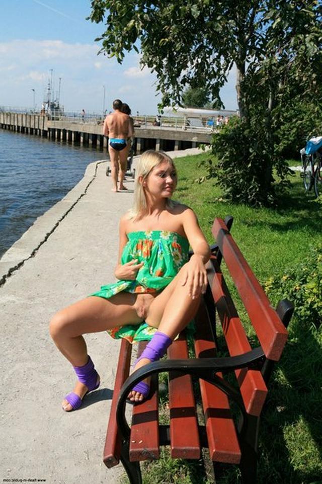 Блондинка в фиолетовых шлепках прилюдно показывает киску и сиськи 31 фото