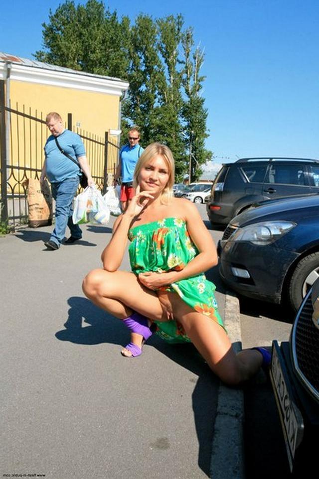 Блондинка в фиолетовых шлепках прилюдно показывает киску и сиськи 29 фото