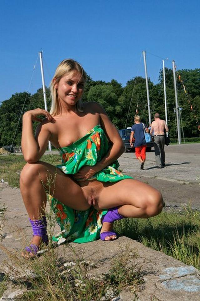 Блондинка в фиолетовых шлепках прилюдно показывает киску и сиськи 50 фото