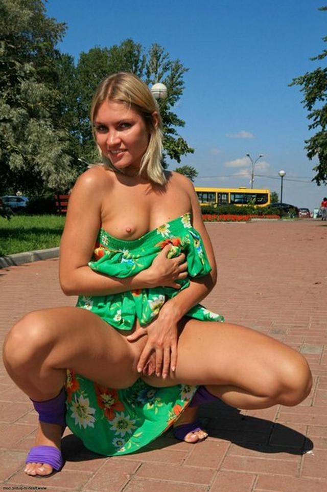Блондинка в фиолетовых шлепках прилюдно показывает киску и сиськи 14 фото