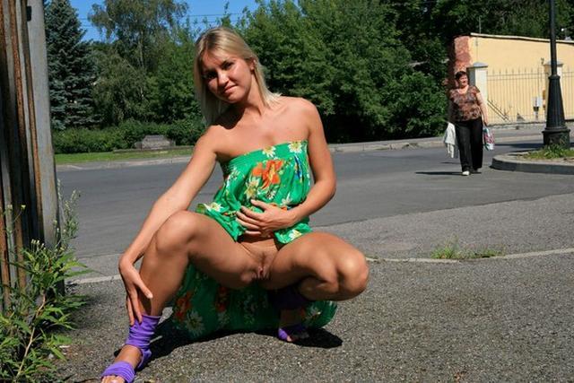 Блондинка в фиолетовых шлепках прилюдно показывает киску и сиськи 44 фото