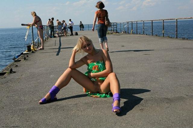 Блондинка в фиолетовых шлепках прилюдно показывает киску и сиськи 32 фото