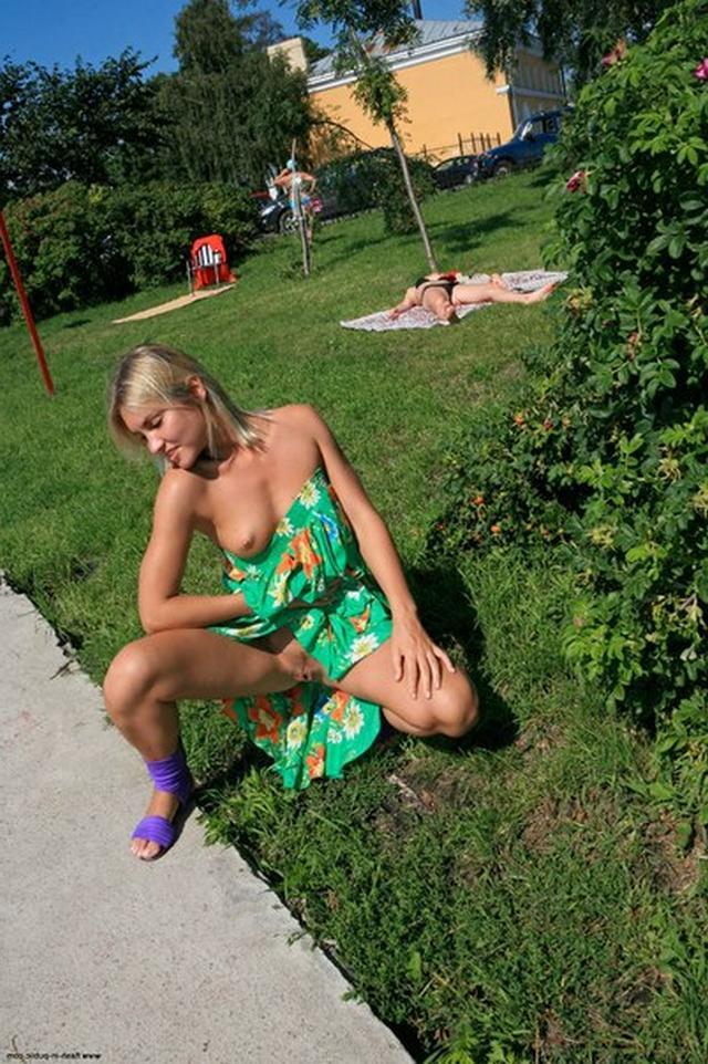 Блондинка в фиолетовых шлепках прилюдно показывает киску и сиськи 22 фото