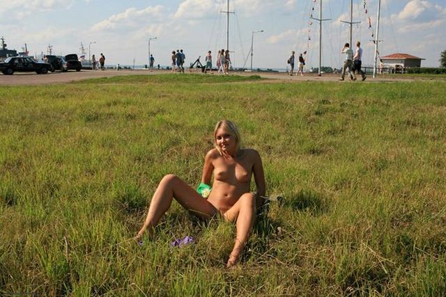 Блондинка в фиолетовых шлепках прилюдно показывает киску и сиськи 24 фото