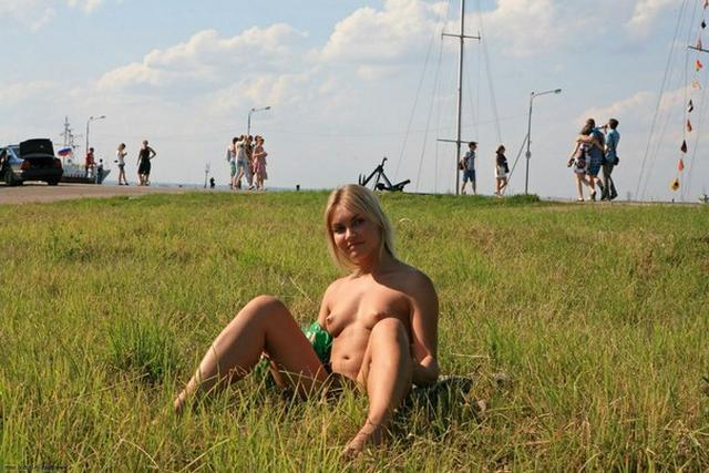 Блондинка в фиолетовых шлепках прилюдно показывает киску и сиськи 47 фото