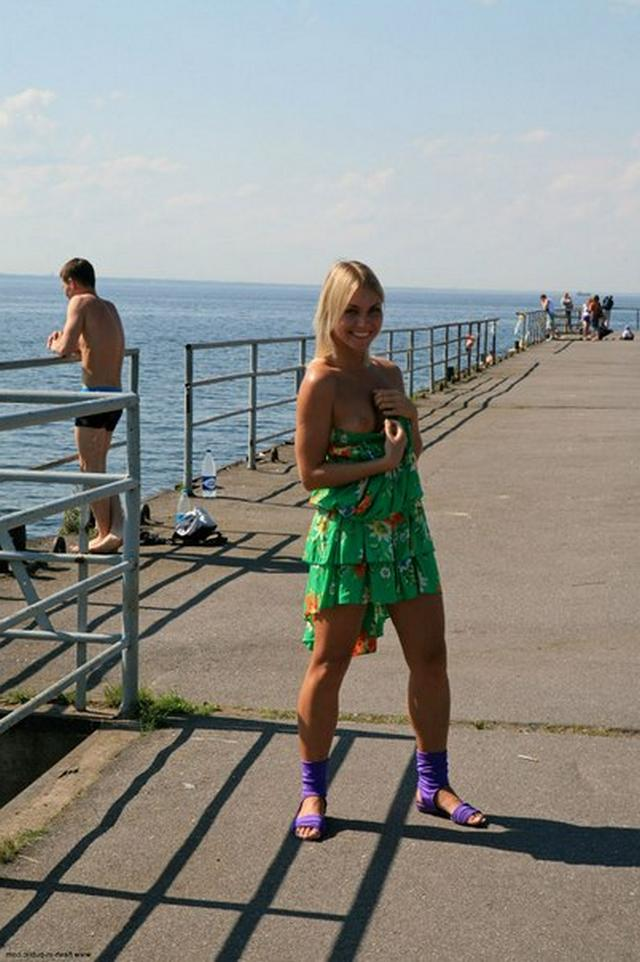 Блондинка в фиолетовых шлепках прилюдно показывает киску и сиськи 23 фото