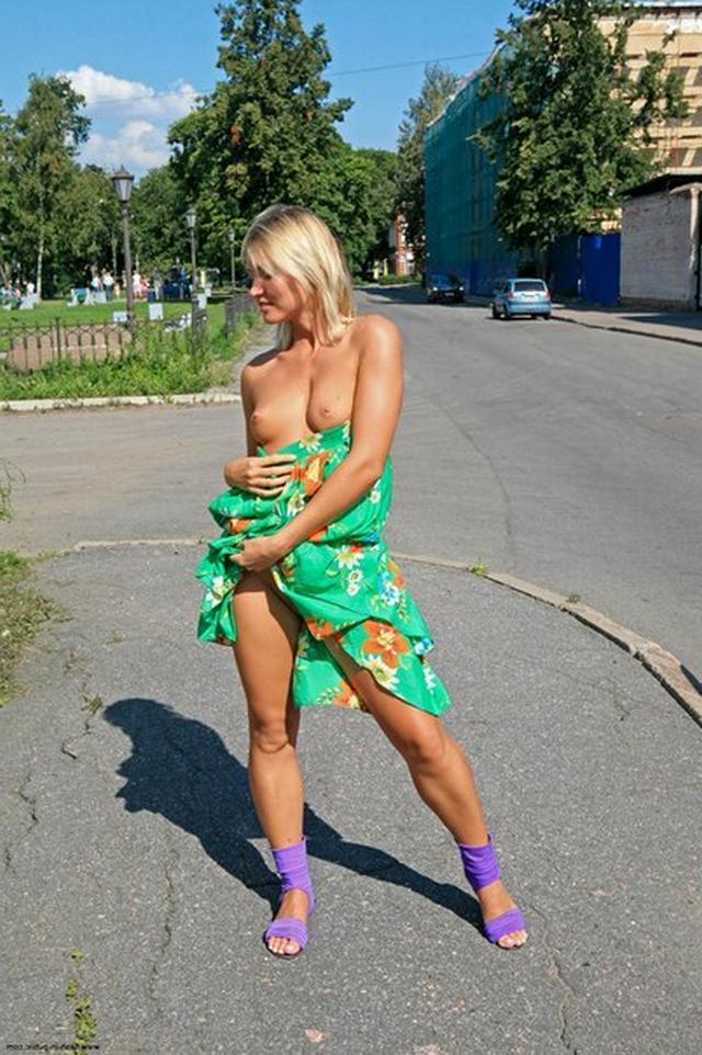 Блондинка в фиолетовых шлепках прилюдно показывает киску и сиськи 33 фото