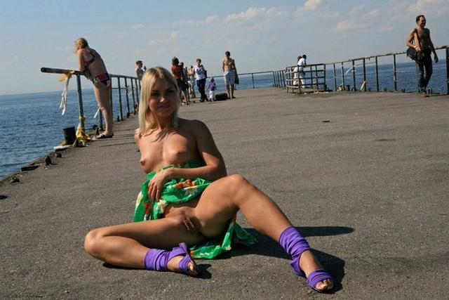 Блондинка в фиолетовых шлепках прилюдно показывает киску и сиськи 35 фото