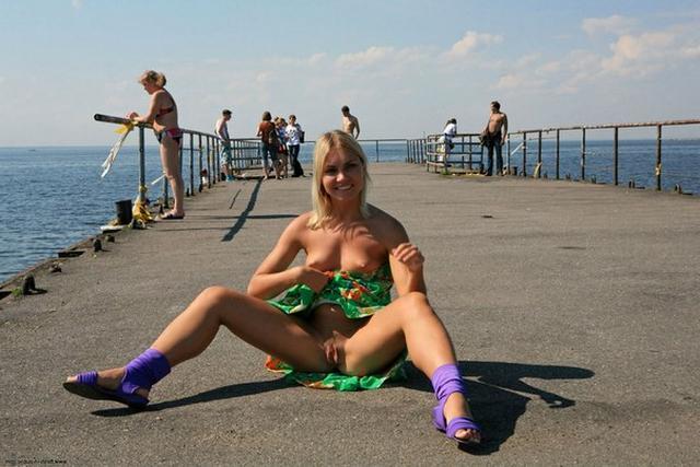 Блондинка в фиолетовых шлепках прилюдно показывает киску и сиськи 39 фото