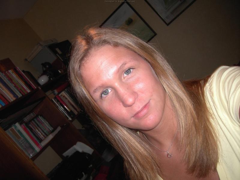 Молодая американка раздевается для сайта знакомств 4 фото