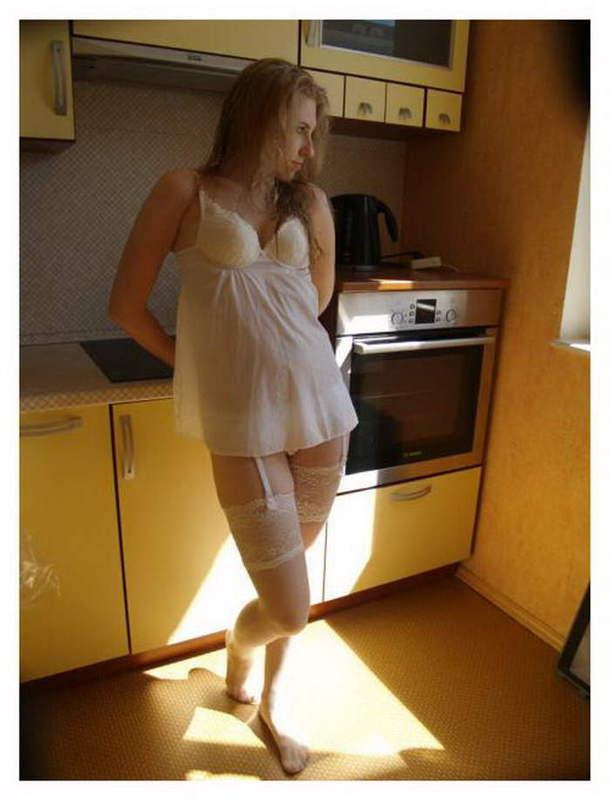 Красивая славянка в нижнем белье позирует дома 4 фото