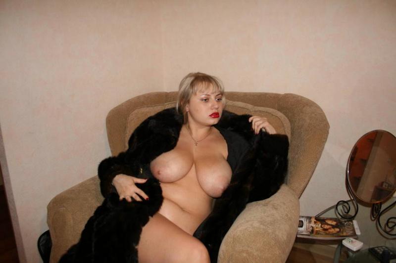 Толстая эксгибиционистка позирует дома 8 фото