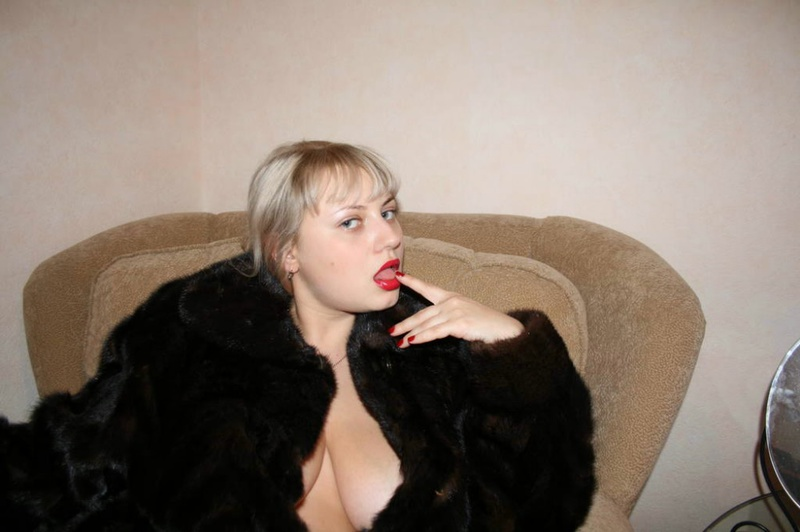Толстая эксгибиционистка позирует дома 7 фото