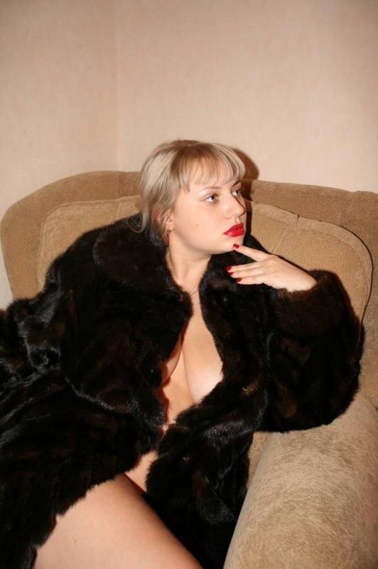 Толстая эксгибиционистка позирует дома 6 фото