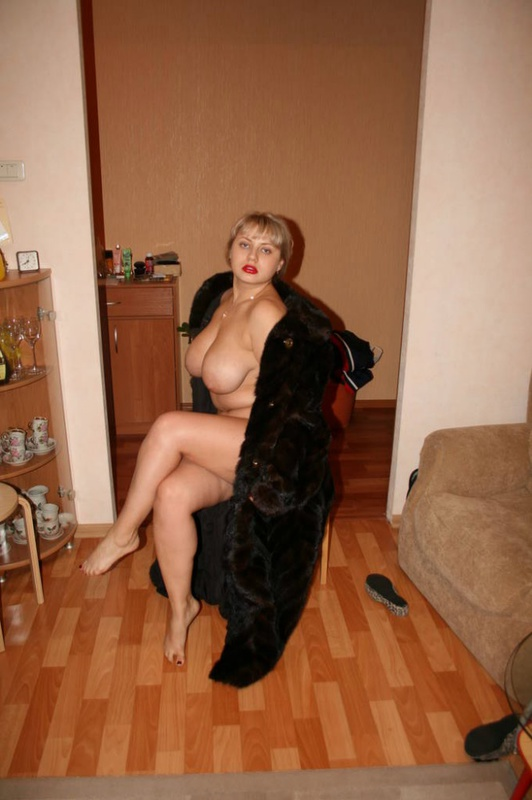 Толстая эксгибиционистка позирует дома 10 фото