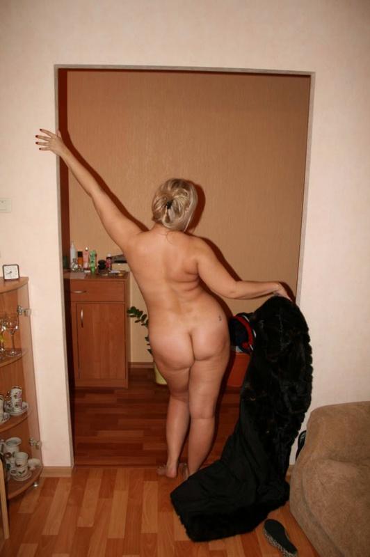 Толстая эксгибиционистка позирует дома 12 фото