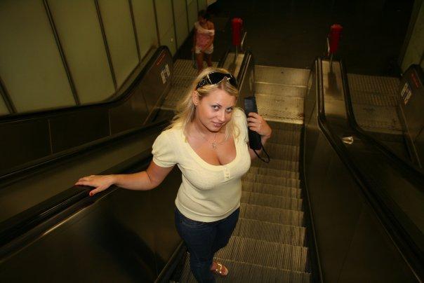 Толстая эксгибиционистка позирует дома 4 фото